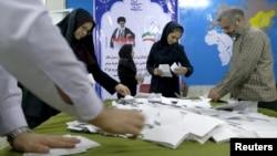 Các quan chức bầu cử đếm phiếu bầu sau khi đóng cửa khu vực bỏ phiếu trong cuộc bầu cử quốc hội và Hội đồng Chuyên gia, có quyền bổ nhiệm, miễn nhiệm các lãnh đạo tối cao, tại Tehran, ngày 26/2/2016.