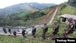 12일 한국 경기도 연천군 중서부전선 비무장지대(DMZ)에서 육군 28사단 장병이 경계 근무를 위해 이동하고 있다.
