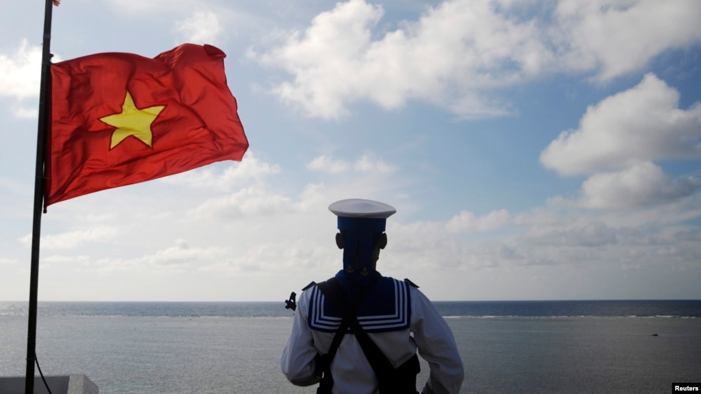 Tư liệu - Một binh sĩ hải quân Việt Nam đứng gác trên đảo Thuyền Chài ở Quần đảo Trường Sa, ngày 17 tháng 1, 2013.