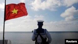 越南海军士兵守卫在斯普拉特利群岛中的渔船礁(中国称立威岛)。(资料照)