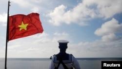 Hải quân Việt Nam canh gác tại đảo Thuyền Chài thuộc quần đảo Trường Sa. Tại quần đảo Trường Sa, Bắc Kinh cũng đã phủ sóng điện thoại 4G tại Đá Chữ Thập và Đá Subi kể từ tháng 3.