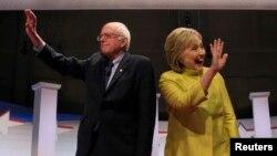 Senator Bernie Sanders (kiri) dan mantan Menlu AS Hillary Clinton pada saat debat di Milwaukee, Wisconsin 11 Februari lalu (foto: dok).