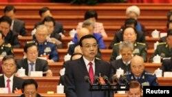 លោក Li Keqiang នាយករដ្ឋមន្រ្តីចិនថ្លែងពីរបាយការណ៍ការងាររដ្ឋាភិបាលក្នុងពេលបើកប្រជុំសភា National People's Congress នៅវិមាន Great Hall of the People ក្នុងក្រុងប៉េកាំង ប្រទេសចិន កាលពីថ្ងៃទី៥ ខែមីនា ឆ្នាំ២០១៧។