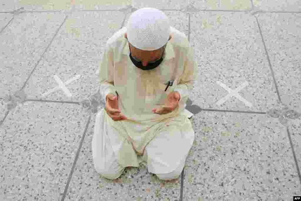 پاکستان میں حکومت کی ہدایات کے مطابق اسلام آباد میں اکثر مساجد میں نمازوں اور تراویح کی ادائیگی میں سماجی دوری اپناتے ہوئے عبادات کی جا رہی ہیں۔