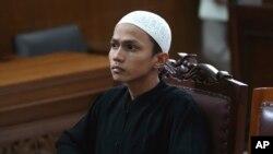 Militan Islamis Sigit Indrajit saat menghadiri sidang di pengadilan Jakarta (21/1). Sigit, perencana pemboman Kedutaan Myanmar di Jakarta dijatuhi hukuman penjara tujuh setengah tahun.