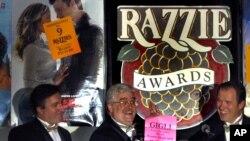 Foto de archivo del anuncio de los premios Razzie en 2004. En la imagen al centro, John Wilson, Glen Simon (izq.) y Bill Jones (der.).