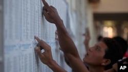 尼加拉瓜选民11月6日在政府公布的选举资料中搜索自己投票站的地点