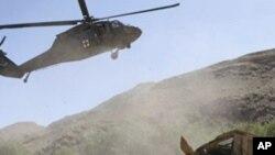 부상당한 병사를 구조하는 미군 헬기(자료사진)