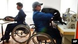 Jika perusahaan mengubah cara perekrutan dan lingkungan kerja mereka selama ini, maka banyak penyandang cacat akan bisa bekerja.