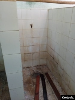 Espacio para ducharse en una escuela convertida en centro de aislamiento por COVID-19 en Holguín, Cuba.
