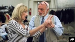"""ARCHIVO - El director Harold Prince (d) y la coreógrafa Gillian Lynne durante los ensayos para la producción en San Francisco de """"Phantom of the Opera"""". Nueva York, 5/11/93."""