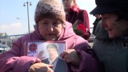 Hundreds Honor Nemtsov in Moscow