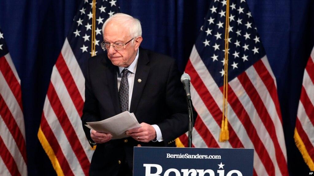Thượng nghị sĩ Bernie Sanders rời khỏi cuộc họp báo hôm 11/3/2020 ở Burlington, Vermont.
