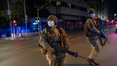 Pasukan Pertahanan Afrika Selatan berpatroli di pusat kota Johannesburg, Afrika Selatan, Jumat, 27 Maret 2020, saat mulai diberlakukannya karantina wilayah nasional di negara tersebut.