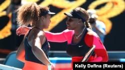 Serena Williams (à dr.) embrasse Naomi Osaka à l'issue de leur demi-finale, le 18 février 2021 à Melbourne, en Australie.