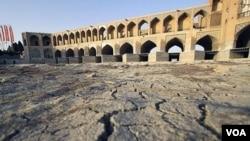 بیابی زاینده رود در اصفهان - عکس آرشیوی