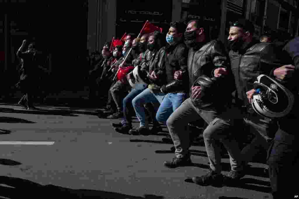 그리스 아테네에서 학생들이 교육개혁법안에 반대하는 시위를 했다.