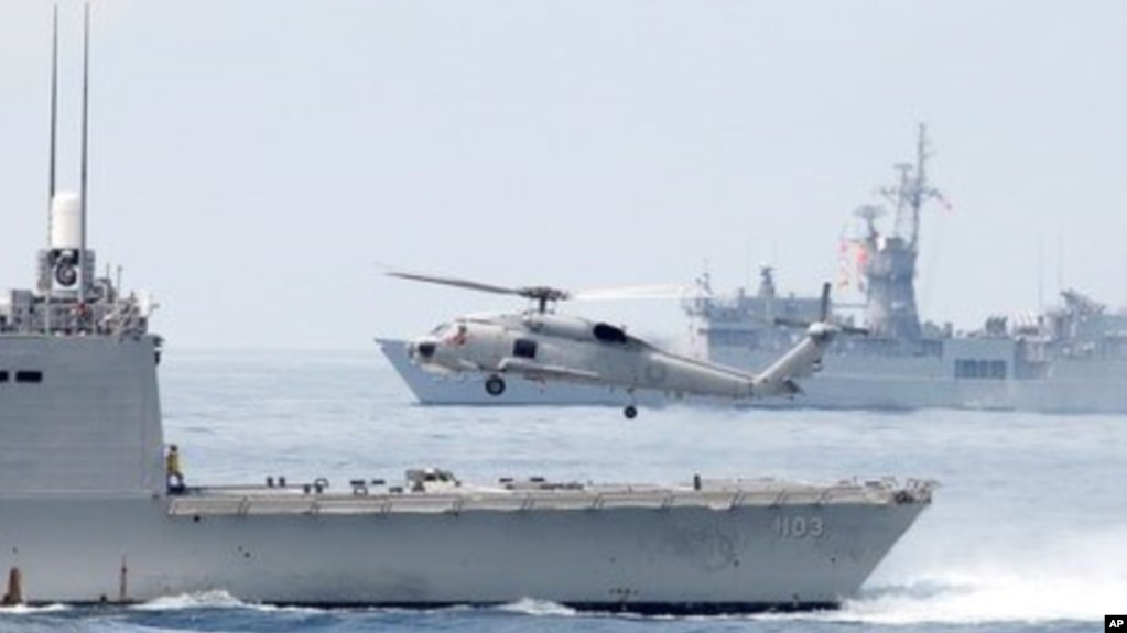 台湾宜兰苏澳港附近举行军演的佩里级护卫舰上起飞的直升机。(2018年4月13日)