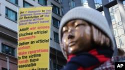 Patung yang melambangkan budak seks masa perang dipajang di dekat Kedutaan Besar Jepang di Seoul, Korea Selatan, Jumat, 8 Januari 2021. (Foto: AP)