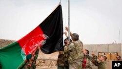 На фото: підняття прапору Афганістану на військовій базі у країні
