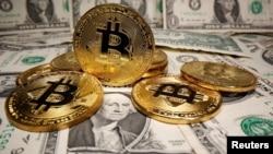 Representaciones de la moneda virtual Bitcoin se colocan en los billetes en dólares estadounidenses en esta ilustración tomada el 26 de mayo de 2020.