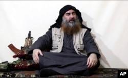 Esta imagen tomada de un vídeo en un portal de militantes, el lunes 29 de abril de 2019, muestra al líder del EI, Abu Bakr al-Baghdadi, siendo entrevistado por Al-Furqan un medio del grupo islamista. Era su primera aparición pública desde junio de 2014.