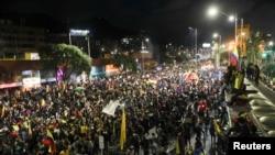 Pessoas participam de um protesto contra a agressão sexual pela polícia e o uso excessivo da força contra protestos pacíficos, em Bogotá, Colômbia, 15 de Maio de 2021.