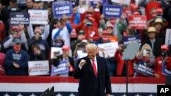Tổng thống Donald Trump vận động bầu cử tại phi trường Lancaster, ở Lititz, Pennsylvania, ngày 26/10/2020