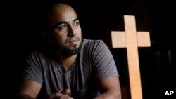 Alex García, un inmigrante hondureño que se había refugiado para no ser deportado en una iglesia de Maplewood, Missouri, desde 2017, posa para una fotografía el domingo 28 de enero de 2018.