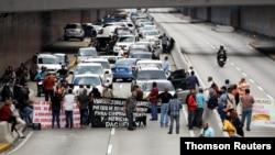 Trabajadores jubilados de PDVSA protestan por fondos de pensiones en Venezuela. [Foto de archivo]