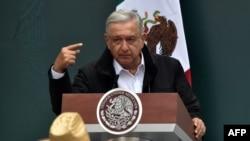 El presidente Andrés Manuel López Obrador, durante una reunión en el Palacio Nacional, el 26 de septiembre 2020, con familiares de los 43 estudiantes de la escuela de formación docente de Ayotzinapa que desaparecieron en septiembre de 2014.