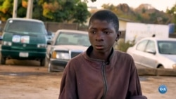 Trabalho infantil na Nigéria - meninos lavam carros para ajudar a família