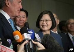 台灣總統蔡英文和台灣美國商會主席邁克爾·斯普林特(左)2019年7月12日在紐約美國台灣商業峰會上。