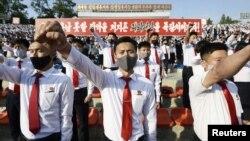 រូបឯកសារ៖ យុវជន និងនិស្សិតកូរ៉េខាងជើងពាក់ម៉ាស់ចូលរួមក្នុងការតវ៉ាមួយ ដោយថ្កោលទោសលើខិតបណ្ណផ្សព្វផ្សាយដោយជនផ្តាច់ខ្លួននៅកូរ៉េខាងត្បូង ដែលរិះគន់របបដឹកនាំរបស់លោក Kim Jong Un នៅក្រុងព្យុងយ៉ាង ប្រទេសកូរ៉េខាងជើង កាលពីថ្ងៃទី០៦ ខែមិថុនា ឆ្នាំ២០២០។