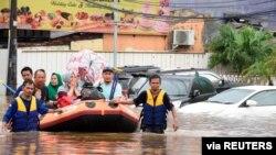 Graves inundaciones azotaron la capital de Indonesia cuando los residentes celebraban el Año Nuevo, matando al menos a nueve personas, desplazando a miles y forzando el cierre de un aeropuerto nacional. (Foto de Reuters)