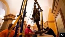 弗吉尼亚州州长办公室2020年12月21日提供的照片显示,美国南北战争时期的邦联名将罗伯特·李的塑像被从华盛顿国会大厦的国家塑像厅移走。