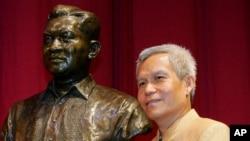 ທ່ານ ສົມບັດ ສົມພອນທີ່ໄດ້ຮັບລາງວັນ Ramon Magsaysay Award ໃນເລື້ອງເປັນຜູ້ນໍາຊຸມຊົນດີເດັ່ນໃນປີ 2005, ຖ່າຍຮູບກັບຮູບປັ້ນ ຂອງມື້ລາງປະທານາທິບໍດີຟີລິບປິນໃນພິທີຮັບລາງວັນຂອງເພິ່ນ (ພາບຖ່າຍໃັນທີ 31 ສິງຫາ, 2005)