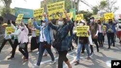 缅甸曼德勒民众2021年3月15日不畏军警血腥镇压上街抗议军事政变。