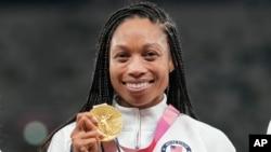 Vận động viên Allyson Felix của Mỹ với huy chương vàng mộn điền kinh nội dung tiếp sức nữ 4 x 400 mét tại Thế vận hội Tokyo, ngày 7 tháng 8, 2021.