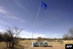 Tanques de agua de la ONG Humane Borders situados en el desierto como suministro para los inmigrantes que cruzan el área cerca de Arivaca, Arizona, el 23 de marzo de 2006.