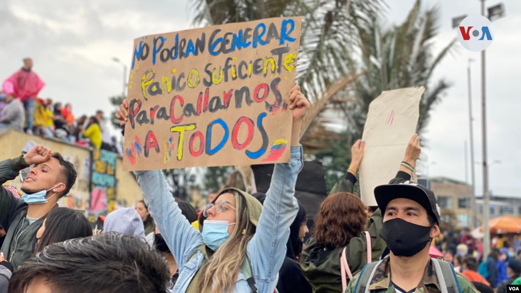 Banderas, pancartas, pitos, arengas y tambores hacen parte de los elementos que usan los manifestantes para protestar.