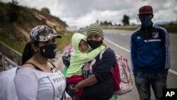Los migrantes venezolanos descansan mientras caminan hacia Bogotá, pasando por Tunja, Colombia, el 6 de octubre de 2020.