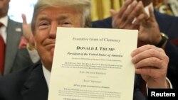 지난 2018년 3월 도널드 트럼프 미국 대통령이 잭 존슨 사면 서명식에서 서명한 사면서를 들어보이고 있다.
