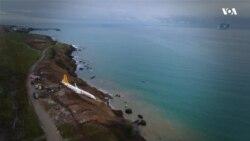 Літак завис над схилом у Чорне море в Туреччині. Відео