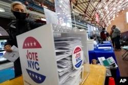 Một cử tri bỏ phiếu ở New York, ngày 27/10/2020.