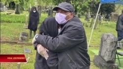 Chồng khóc bên vợ mất vì Covid: 'Em còn chưa thấy mặt con mà!'
