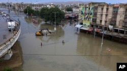 کراچی کی بارش سڑکوں اور نشیبی علاقوں کو لے ڈوبی
