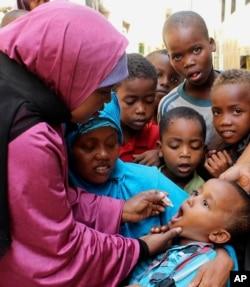 지난 2013년 5월 소말리아 모가디슈에게 소아마비 백신을 경구투여하고 있다.