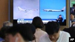 资料照:韩国首尔火车站的电视屏幕正在播放俄罗斯T-95轰炸机和中国轰-6轰炸机进入韩国防空识别区的相关新闻。(2019年7月24日)