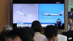 資料照:南韓首爾火車站的電視屏幕正在播放俄羅斯T-95轟炸機和中國轟-6轟炸機進入南韓防空識別區的相關新聞。 (2019年7月24日)